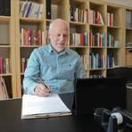 Psychotherapeut Thomas Stern hält derzeit auch Therapiesitzungen über sein Tablet.  Foto: BilderKartell/Andreas Stumpf