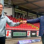 Freuen sich auf eine gute gemeinsame Zeit am Haarwasen: Nino Miotke und TSV-Geschäftsführer Matthias Georg. Foto: TSV Steinbach Haiger