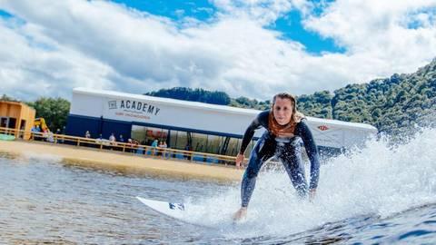 """In """"Surf Snowdonia"""" können Surfer auf bis zu zwei Meter hohen  Wellen reiten. Foto: Surf Snowdonia   Foto: Surf Snowdonia"""