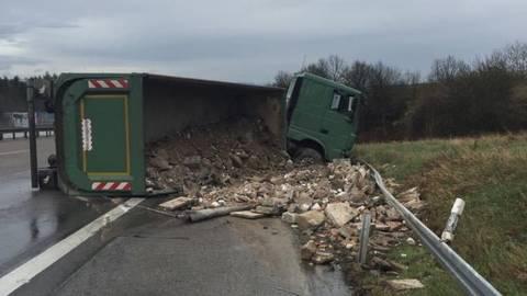 Unfall Auf Der A3 Bei Limburg Schüttgut Lkw Kippt Um