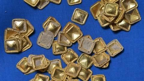 """Goldene Schmuckstücke eines zeremoniellen Gewandes aus der Spätantike, die Teil eines illegal in der Pfalz ausgegrabenen """"Barbarenschatzes"""" sind. Foto: dpa"""