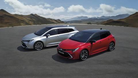 Willkommen zurück: Toyota belebt den Modellnamen Corolla wieder – im Bild links der Kombi Touring Sports und rechts das Schrägheck, das bei den Japanern Hatchback heißt. Foto: Toyota