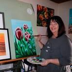 Ihr altes Zeichenbrett nutzt Heidrun Diehl-Kayser heute als Staffelei für ihre Bilder. Dort hat sie auch das Bild mit Tulpen und Vergissmeinnicht gemalt, das jetzt auf einen Flyer gedruckt den Schaukasten am Vikariehaus in Probbach ziert.  Foto: Dorothee Henche