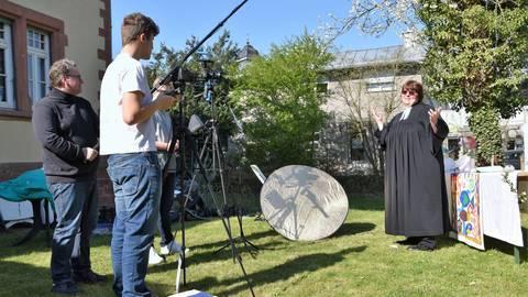 Im Pfarrgarten in Klein-Umstadt spricht Pfarrerin Michaela Meingast über die Auferstehung und wird dabei für ein Youtube-Video gefilmt. Foto: Dorothee Dorschel