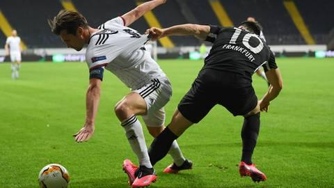 Frankfurts Filip Kostic (r.) und Basels Valentin Stocker kämpfen vor leeren Rängen um den Ball.  Foto: dpa