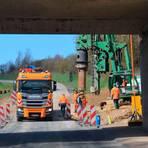 Bei Erbach wird eine neue Brücke gebaut. Der Verkehr an der Baustelle für die Bad Camberger Ortsumgehung wird nun über eine Ampel geregelt.  Foto: Helmut Volkwein