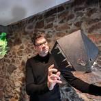 """Mann mit Masken: Der """"Kunstraum Traube"""" im Mühltaler Ortsteil Traisa zeigt die Ausstellung von Marc Behrens. Foto: Dirk Zengel"""