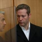 Stephan Ernst (r), der des Mordes an dem Politiker Walter Lübcke angeklagt ist, hört seinem Anwalt Mustafa Kaplan zu bei seinem Prozess vor dem Oberlandesgericht Frankfurt. Foto: dpa