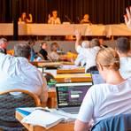 Bei der entscheidenden Abstimmung gingen die meisten Hände nach oben.  Foto: Vollformat/Samantha Pflug