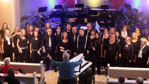 """Erstmals gastierte der Meisterchor """"JazzAffair"""" außerhalb von Worms. Beim Konzert in der katholischen Kirche in Ober-Flörsheim gab es auch Einlagen des Bläserensembles. Foto: BilderKartell/Schmitz"""