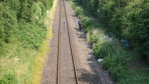 An einer Bahnstrecke nahe Wiesbaden-Erbenheim wurde die Leiche am Mittwochnachmittag im Gebüsch gefunden.  Foto: