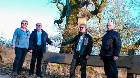Für 1000 junge Bäume gibt es vor der Alten Eiche 3000 Euro: Stadtförster Ernst-Ludwig Kriep nimmt das Geld gerne vom Rödgener FW-Vorsitzenden  Alfred Victor (2.v.l.) entgegen. Mit dabei sind auch Ortsvorsteherin Elke Victor (links) und FW-Stadtverbandsvorsitzender Johannes Zippel.  Foto: Jung