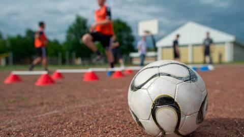 Passen, Laufen, Koordination, Torschuss - viel mehr geht beim Training unter Auflagen nicht.  Foto: dpa