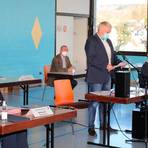 Nach seiner Wahl zum Vorsitzenden der Gemeindevertretung übernahm Stephan May (stehend) die Leitung der konstituierenden Sitzung des neuen Weinbacher Gemeindeparlaments, die diesmal in der Mehrzweckhalle stattfand.     Foto:Jürgen Vetter