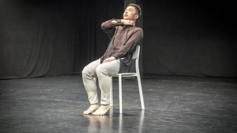 Joseph Lee zeigt beim Performance Festival, wie sich Liebe und Hass mit Gesten darstellen lassen. Foto: hbz/Stefan Sämmer  Foto: hbz/Stefan Sämmer