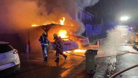 Ein Mercedes und ein BMW sind Donnerstagnacht im Münsterer Ortsteil Altheim in Flammen aufgegangen. Foto: Michael Sühl/Freiwillige Feuerwehr Münster