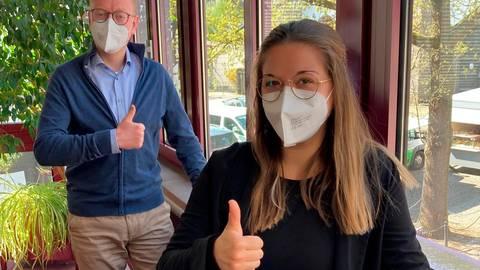 Vanessa Wagner (vorn) ist die freundliche Stimme der Impfhotline in Lich, die Bürgermeister Neubert (hinten) noch bis Ende Mai weiterlaufen lässt. Foto: Stadt Lich