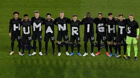 """Gemeinsam demonstrieren die deutschen Nationalspieler vor der Partie gegen Island für Menschenrechte (""""Human rights"""").    Foto: dpa/ Tobias Schwarz"""