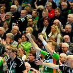 So sieht es hinter der Spielerbank der HSG Wetzlar aus, wenn die Rittal-Arena bis auf den letzten Platz gefüllt ist. Doch daran ist in der kommenden Handball-Saison nicht ansatzweise zu denken. Archivfoto: Martin Weis
