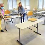 Schulleiter Michael H. Kuhn und Sekretärin Viola Holzmann legen letzte Hand an, bevor die IGS Gerhard Ertl wieder in die Präsenzphase startet. Foto: Thomas Schmidt