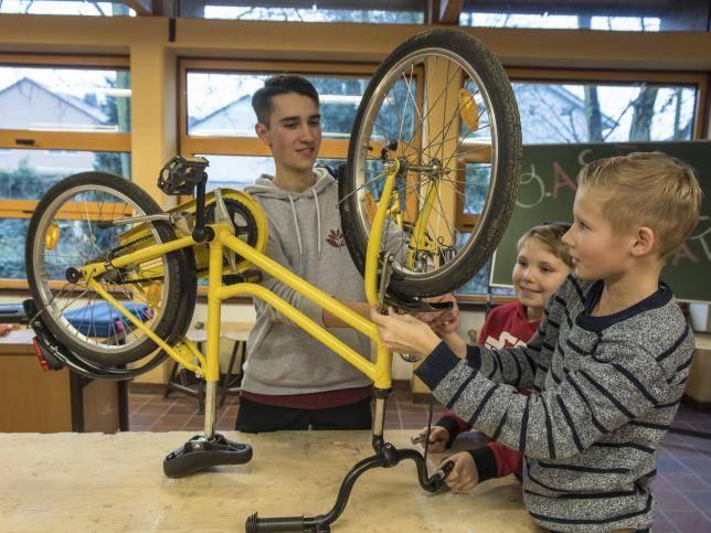 Neue Fahrradwerkstatt Im Gymnasium Nimmt Die Arbeit Auf