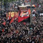 Teilnehmer gehen beim Demonstrationszug linker und linksradikaler Gruppen in Berlin unter dem Motto «Demonstration zum revolutionären 1. Mai» durch die Stadt.  Foto: dpa