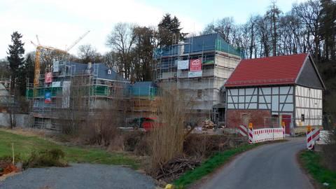 Die Sanierungsarbeiten auf Hof Schmitte am Ortseingang sind in vollem Gang.  Foto: Klaus Waldschmidt