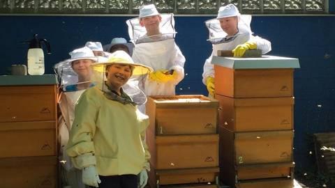 """Die """"Bee Kids"""" des Langener Imkervereins stellen sich im Park von Schloss Wolfsgarten vor. Auf dem unteren Bild Anja Heil, die das Gartenfest organisiert. Fotos: Hessische Hausstiftung"""