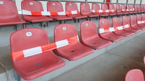 Zuschauer verboten, Tribünenplätze abgesperrt: Nur zwei von vielen Corona-Regeln im Wetzlarer Stadion. Foto: Alexander Fischer