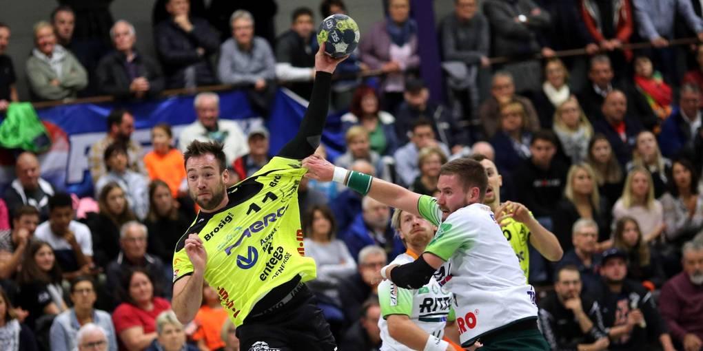 Kapitän Till Buschmann setzt zu einem der Würfe an, mit denen er am Freitagabend fünf Treffer beim 33:23-Heimsieg von Handball-Drittligist HSG Bieberau/Modau gegen die HSG Wetzlar (rechts Marvin Lindenstruht) erzielte. Foto: Jürgen Pfliegensdörfer