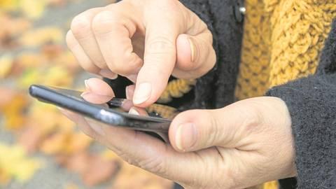 Mit einer gefälschten Sendungsbenachrichtigung per SMS fängt alles an: Bundesweit versuchen Betrüger derzeit, über eine in einen Link eingebettete Schadsoftware Zugriff auf fremde Mobiltelefone zu erhalten. Jetzt ist eine Alzeyerin auf den Betrug hereingefallen. Foto: dpa/Christin Klose