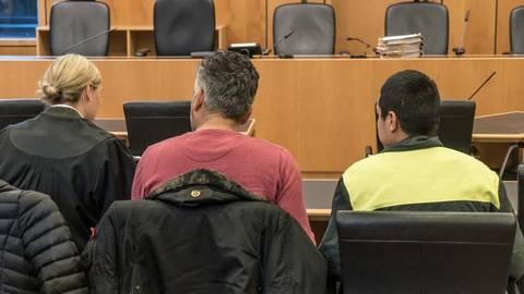 Verteidigerin Natalie Daum (von links), ein Dolmetscher und der Angeklagte Afghane im Saal des Darmstädter Landgerichts. Foto: Marc Wickel