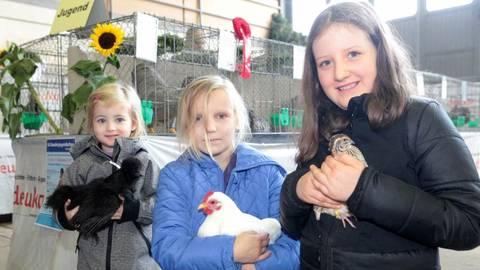 Jonna (v.l.), Franziska und Zoe dürfen die Tiere auch einmal in den Arm nehmen.Foto: photoagenten/Axel Schmitz  Foto: photoagenten/Axel Schmitz