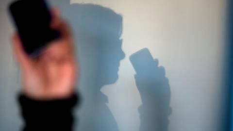 Mindestens 2500 Euro Schaden: Eine Frau aus Dillenburg gewährt einem angeblichen Computerspezialisten am Telefon Zugriff auf ihren Rechner. Symbolfoto: Arno Burgi/dpa