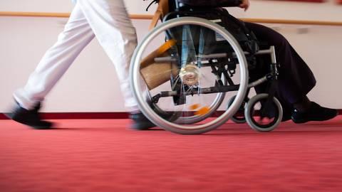 Die Pflegekräfte, die sich um die infizierten Bewohner kümmern, müssen symptomfrei sein.  Archivfoto: dpa