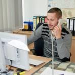 Kriminaloberkommissar André Gabriel im Dienst: Die Arbeit am Schreibtisch macht einen großen Teil des Polizeialltages aus.  Foto: Eckel