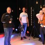 Carsten Schröder (Kerbeclub), Benjamin Schäfer (MSG Sound & Light) und Lea Funk (Couch&Cocktail) mit Tochter freuen sich auf die DisTanz-Youtube-Übertragung. Foto: Christine Tscherner