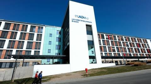 Muss ein Rekordschmerzensgeld in Höhe von 800 000 Euro zahlen: die Uniklinik in Gießen.  Foto: Arne Dedert/dpa
