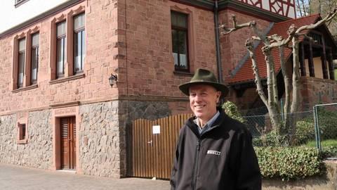 Ortsvorsteher Ludwig Krug an der denkmalgeschützten Alten Schule in Birkert. Foto: Kirsten Sundermann
