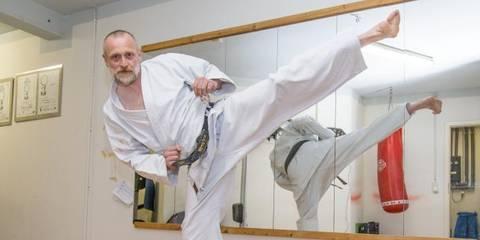 Karate Kämpfer Clemens Keinz Trainiert Für Den 6 Dan