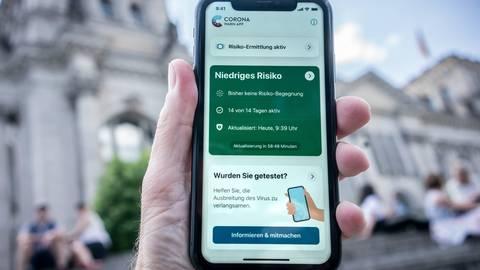 Die Corona-App auf einem Smartphone. Foto: dpa