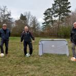 """Hier spielte die TSG Kirtorf von 1946 bis 1973 Fußball: auf dem Sportplatz """"Heideberg"""".  Helmut Strempel, Helmut Gläser und Horst Bannas (von links) erinnern sich.  Foto: Krämer"""