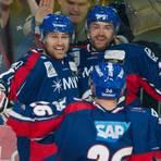 Spielte auch zwei Jahre für die Adler Mannheim: Adam Mitchell (links, hier im März 2013 mit Ken Magowan). Archivfoto: dpa