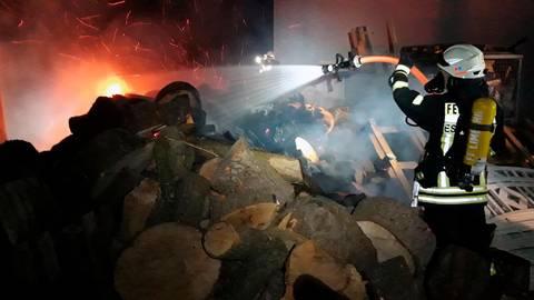 Die Feuerwehr konnte das Feuer, das durch einen nicht gelöschten Grill entstanden ist, löschen. Foto: Distel
