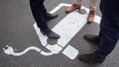 Dort, wo es möglich ist, soll der Kreis laut Klimaschutzkonzept seine Fahrzeugflotte auf E-Antriebe umrüsten. Die Grünen würden sich hier über eine schnellere Umsetzung freuen. Symbolfoto: Murat/dpa