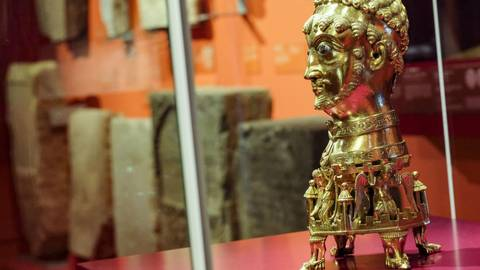 """Ein vergoldeter Kopf, der den Stauferkaiser Friedrich Barbarossa (geboren um 1122; gestorben am 10. Juni 1190) darstellt, steht in der Ausstellung """"Die Kaiser und die Säulen ihrer Macht"""". Foto: Sascha Kopp"""