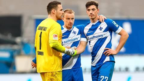Unglücksrabe: Nicolai Rapp (rechts) wird nach seinem Eigentor im Spiel des SV Darmstadt 98 gegen Nürnberg von Marcel Schuhen (links) und Fabian Holland getröstet.  Foto: Joaquim Ferreira