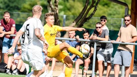 Nico Schmidt (am Ball) wechselt vom SV Niederscheld zurück zum SV Oberscheld.  Archivfoto: Katrin Weber