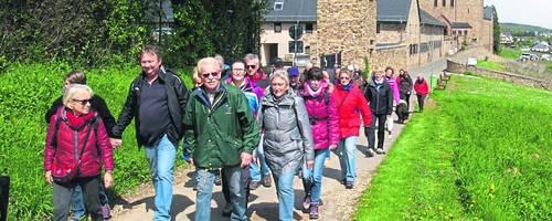 Wanderer an der Abtei St. Hildegard: Der Rheingauer Klostersteig wurde im Sommer 2016 eingeweiht und gehört seitdem zu den Top-Routen im Rheingau. Archivfoto: Wolfgang Blum
