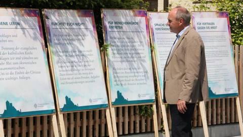 Dekan Arno Kreh plant mit den ausgewählten Thesen eine Ausstellung. Foto: Evangelisches Dekanat Bergstraße  Foto: Evangelisches Dekanat Bergstraße